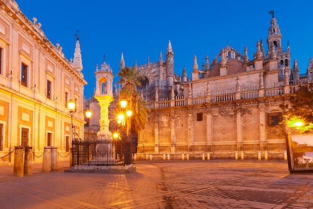 Plaza del triunfo und kathedrale von sevilla, spanien Premium Fotos