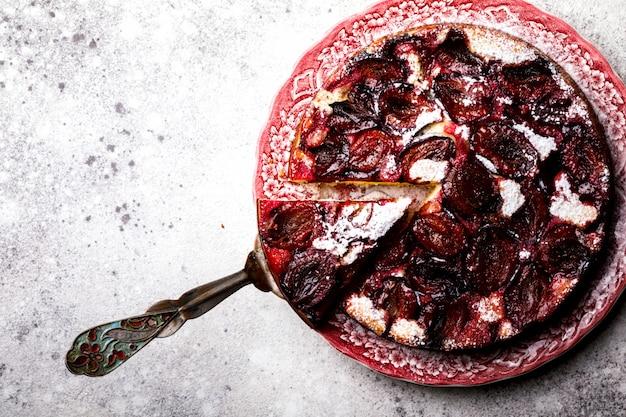 Plum pie auf hellem hintergrund. selbst gemachter süßer nachtisch Premium Fotos