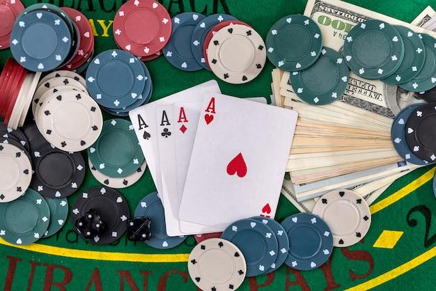 Poker set mit geld nahaufnahme auf grün Premium Fotos