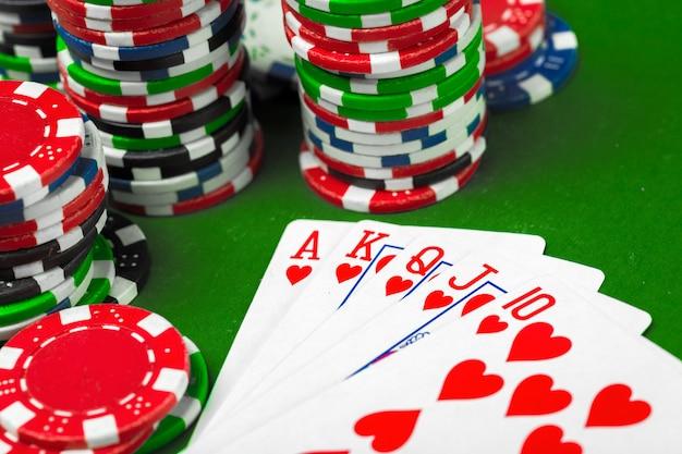 Pokerchips auf dem tisch Premium Fotos