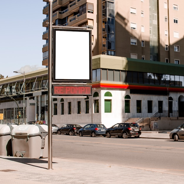 Pole mit werbetafel an der stadtstraße Kostenlose Fotos