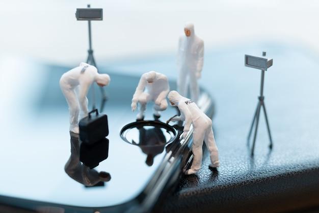 Polizei und detektiv arbeiten an smartphone, cyber-verbrechen-konzept Premium Fotos