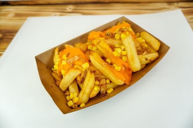 Pommes frites auf einem tisch im restaurant Kostenlose Fotos