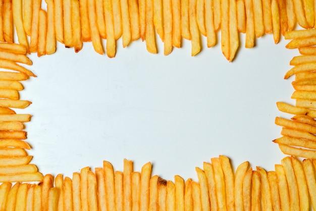 Pommes frites auf weißem hintergrund Premium Fotos