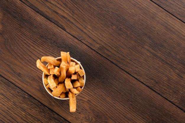 Pommes-frites in einem glasdraufsicht schnellimbiß. Premium Fotos