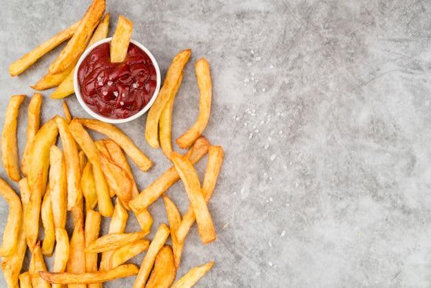 Pommes-frites mit ketschup- und exemplarplatz Kostenlose Fotos