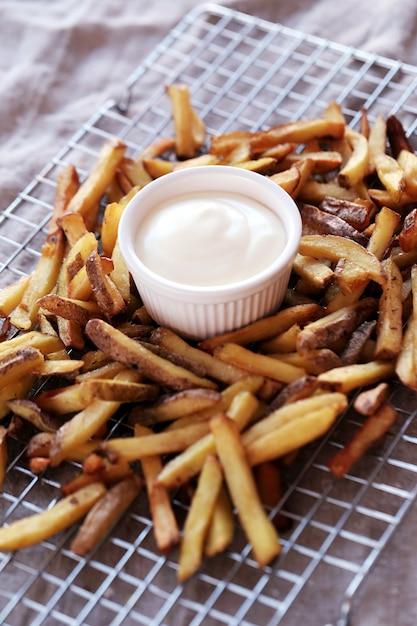 Pommes frites mit mayonnaise-sauce Kostenlose Fotos