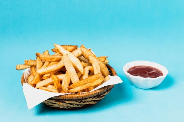 Pommes frites mit schüssel ketchup Kostenlose Fotos
