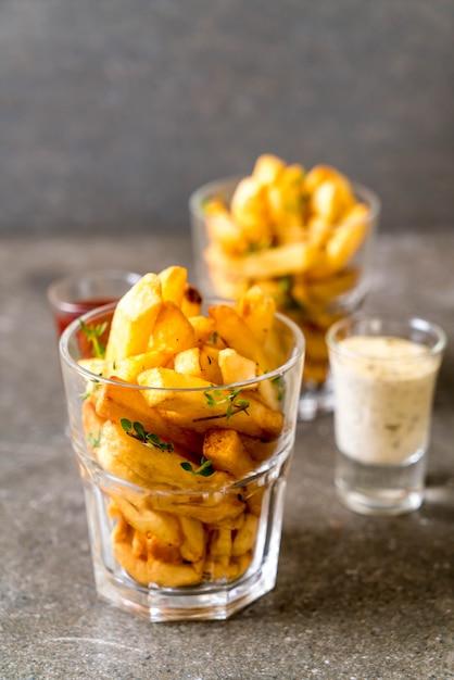 Pommes frites mit soße Premium Fotos