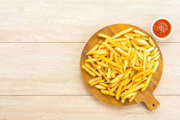 Pommes frites mit tomaten- oder ketchup-sauce Kostenlose Fotos