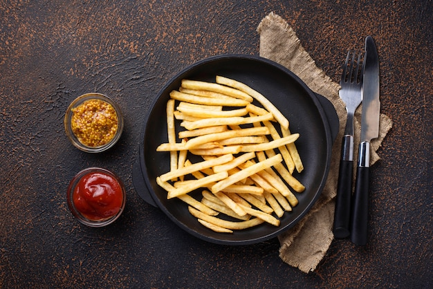 Pommes frites mit tomatensauce und senf Premium Fotos