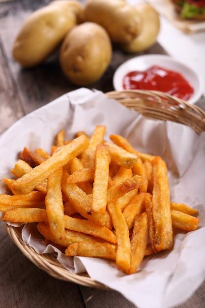 Pommes frites mit tomatensauce Premium Fotos