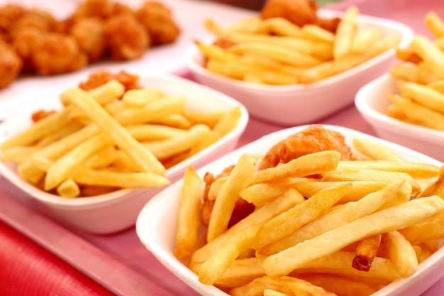 Pommes frites und gebratene nuggets im markt Premium Fotos