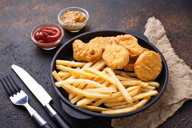Pommes frites und hühnernuggets Premium Fotos