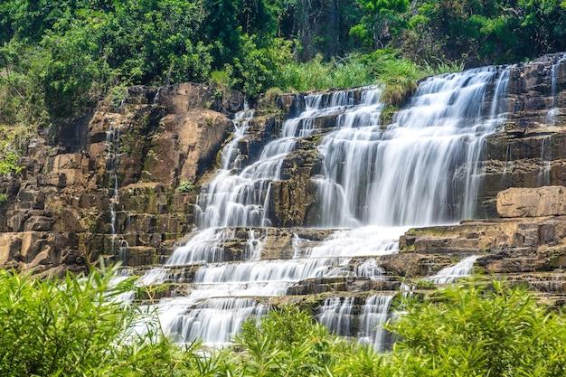 Pongour wasserfall nahe dalat stadt, vietnam Premium Fotos