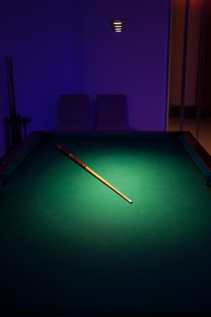 Pool-tisch mit einem stock Kostenlose Fotos