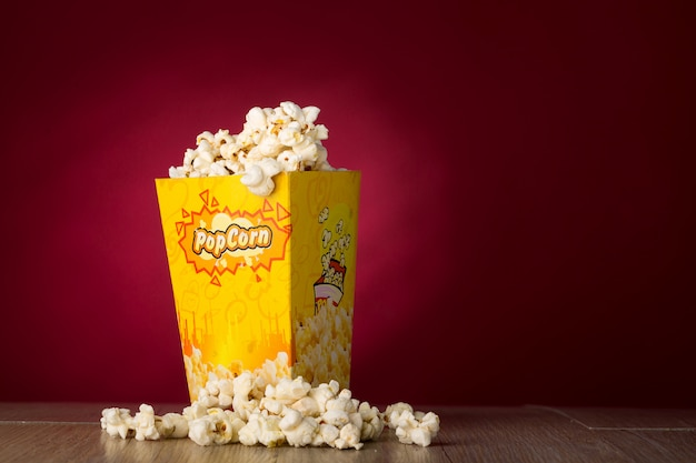 Popcorn getrennt im roten hintergrund Premium Fotos