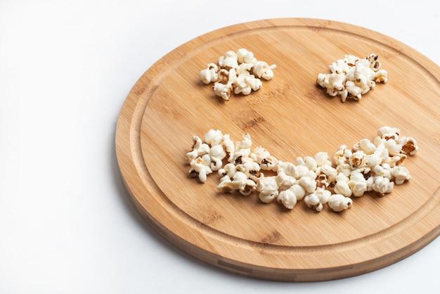 Popcorn in der schüssel auf weißem hintergrund Premium Fotos