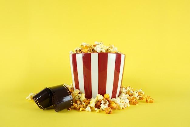 Popcorn in einem eimer für eine filmsession Premium Fotos