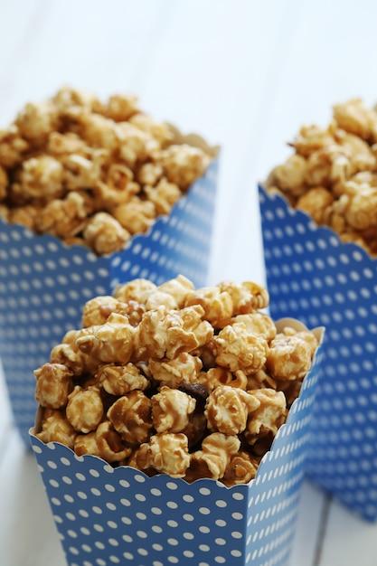 Popcorn in einem papaer-behälter Kostenlose Fotos