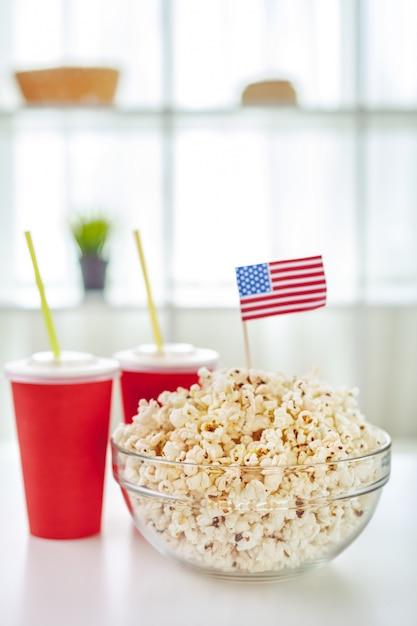 Popcorn in glasschale Premium Fotos