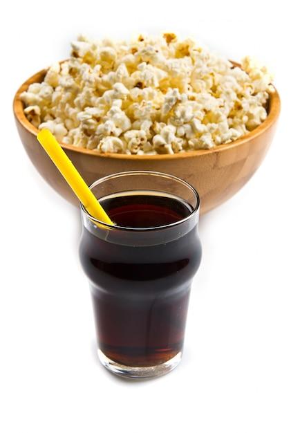 Popcorn und cola auf dem tisch Premium Fotos
