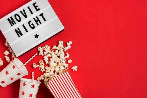 Popcorn und saft für den filmabend Kostenlose Fotos