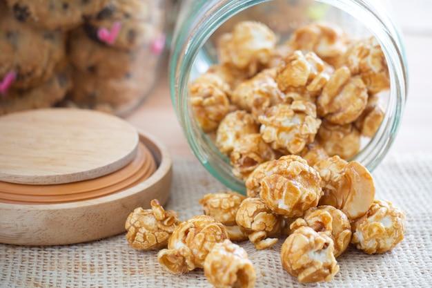 Popcornkaramel im glas Premium Fotos