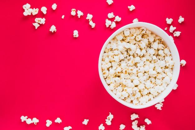 Popcornkasten auf rotem hintergrund Kostenlose Fotos