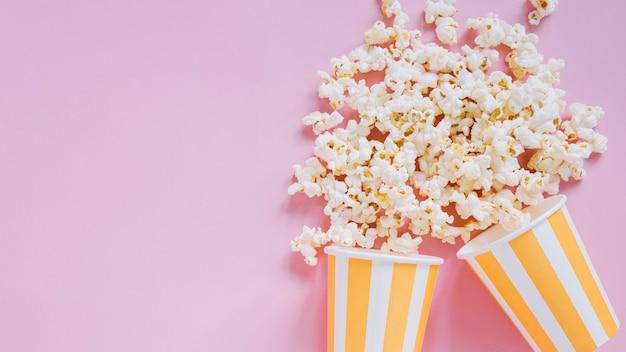 Popcornschalen auf rosa hintergrund Kostenlose Fotos