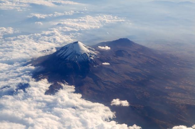 Popocatepetl-vulkan mexiko df-stadtvogelperspektive Premium Fotos