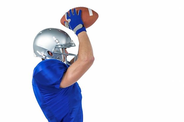 Porfile-ansicht des anziehenden balls des amerikanischen fußballspielers Premium Fotos