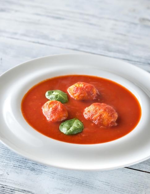 Portion tomatensuppe mit fleischbällchen Premium Fotos