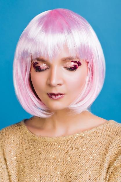 Porträt charmante junge frau mit geschnittenen rosa haaren, geschlossenen augen. attraktives make-up, rosa lametta auf den augen, zeigt empfindliche wahre gefühle, magische frau, träumend. Kostenlose Fotos