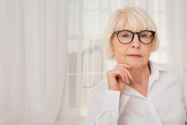 Porträt der älteren frau mit brillen Kostenlose Fotos