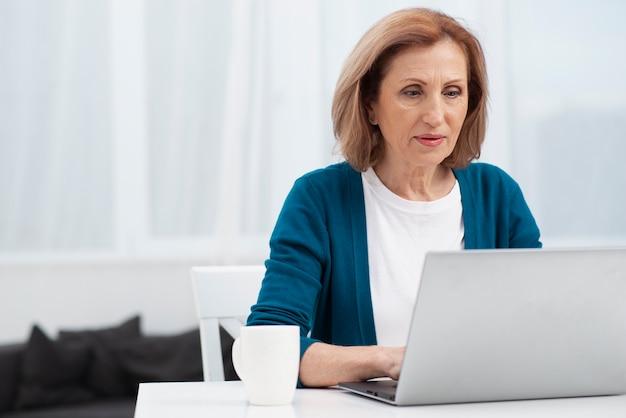 Porträt der älteren frau mit einem laptop Kostenlose Fotos