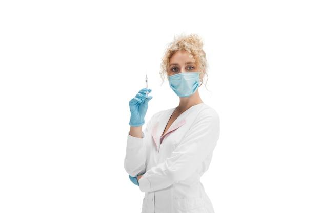 Porträt der ärztin, krankenschwester oder kosmetikerin in weißer uniform und blauen handschuhen über weiß. Kostenlose Fotos