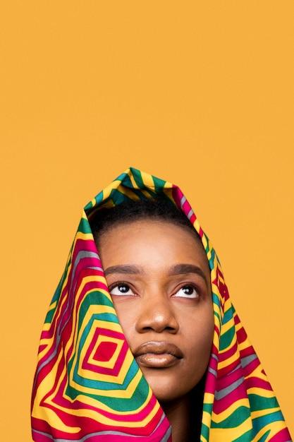 Porträt der afrikanischen frau mit bunter kleidung Kostenlose Fotos