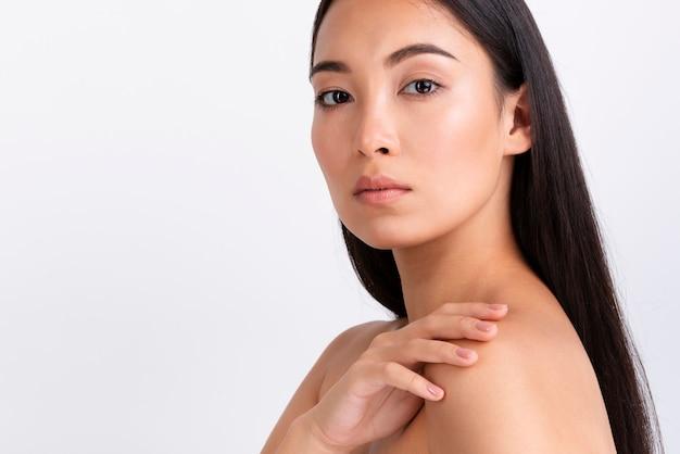 Porträt der asiatischen hübschen frau Premium Fotos
