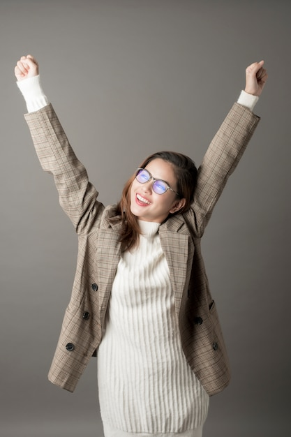 Porträt der attraktiven geschäftsfrau im studiograuhintergrund Premium Fotos