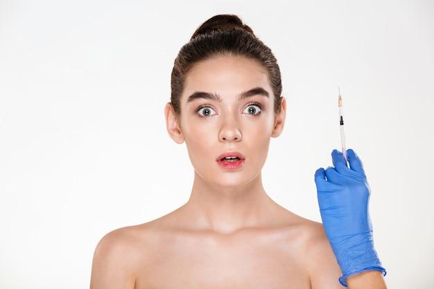 Porträt der aufgeregten oder erschrockenen frau, die für einspritzungen von hyaluronsäure in ihrem gesicht hat hautpflegebehandlung in der klinik sich vorbereitet Kostenlose Fotos