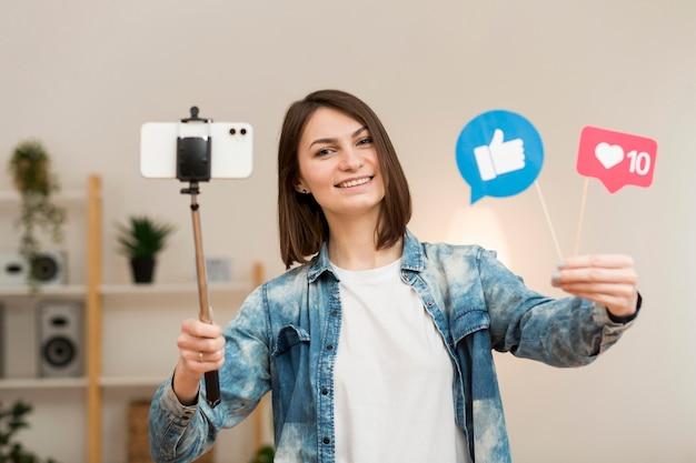 Porträt der bloggerin, die sich zu hause aufzeichnet Kostenlose Fotos