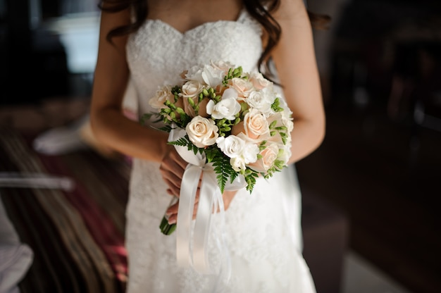 Porträt der braut im weißen luxuriösen langen hochzeitskleid, im schleier und im blumenstrauß Premium Fotos