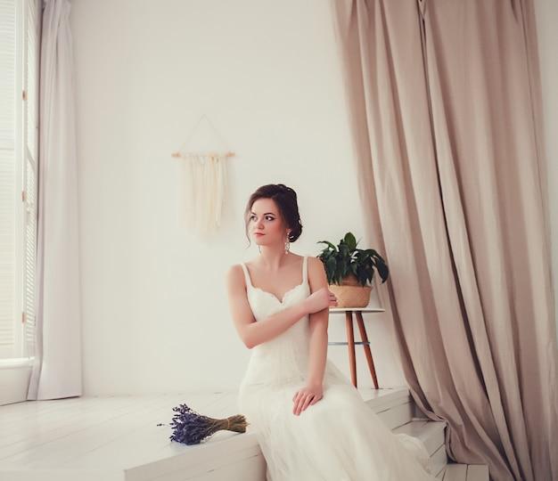 Porträt der braut in einem hochzeitskleid Premium Fotos