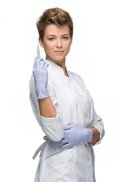 Porträt der chirurgin, die spritze zeigt Kostenlose Fotos
