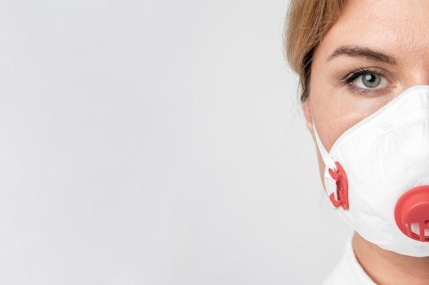 Porträt der erwachsenen frau, die chirurgische maske trägt Premium Fotos