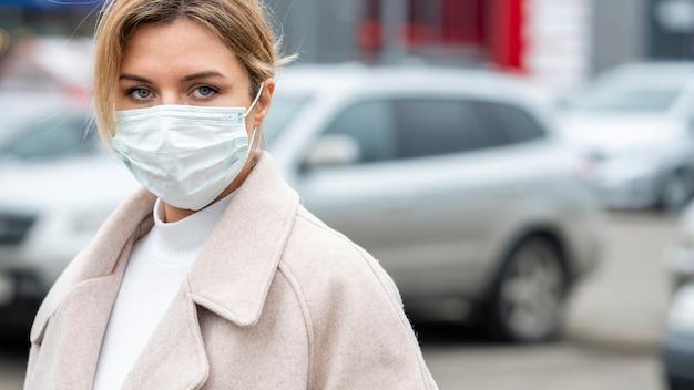 Porträt der erwachsenen frau, die chirurgische maske trägt Kostenlose Fotos