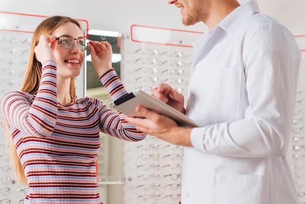 Porträt der frau am optiker Kostenlose Fotos