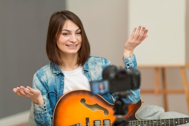Porträt der frau, die musikvideo aufzeichnet Kostenlose Fotos