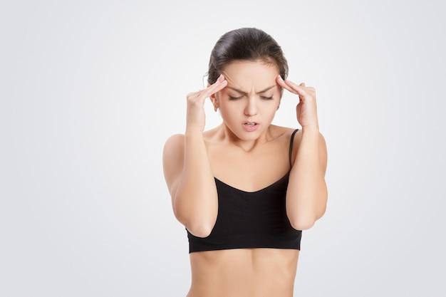 Porträt der frau hat kopfschmerzen, migräne Premium Fotos